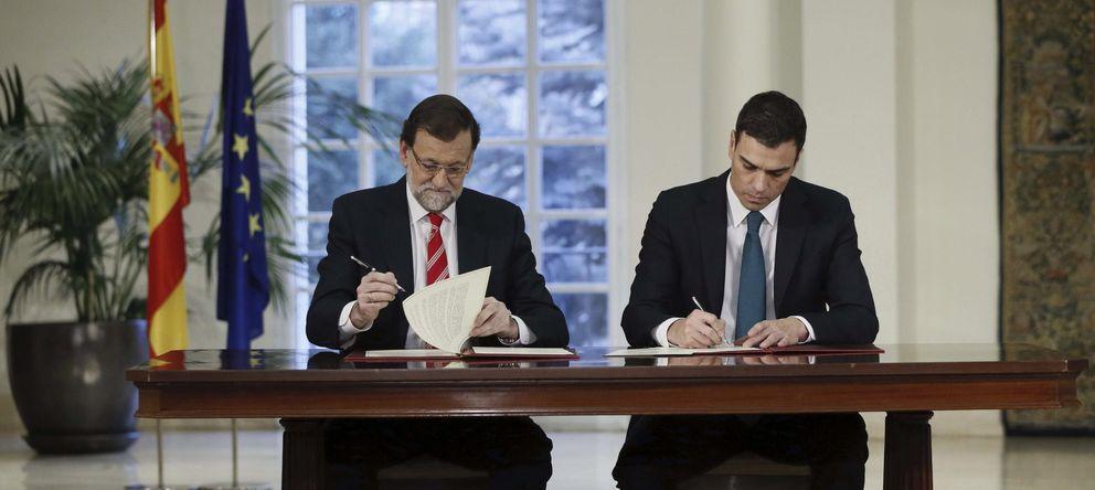 Foto: Mariano Rajoy y Pedro Sánchez, en la firma de su primer acuerdo de Estado, este lunes. (Efe)
