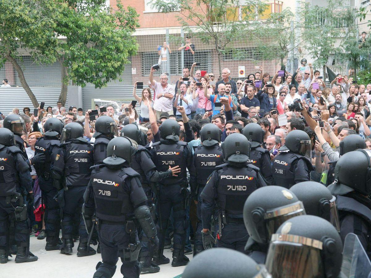 Foto: Policía Nacional y Guardia Civil actúan para evitar la votación del 1-O en colegios. (EFE)