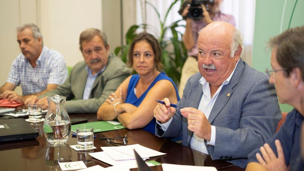 Foto: El consejero de Salud y Familias de la Junta de Andalucía, Jesús Aguirre (2d), junto a responsables de su departamento y especialistas en infecciosos. (EFE)