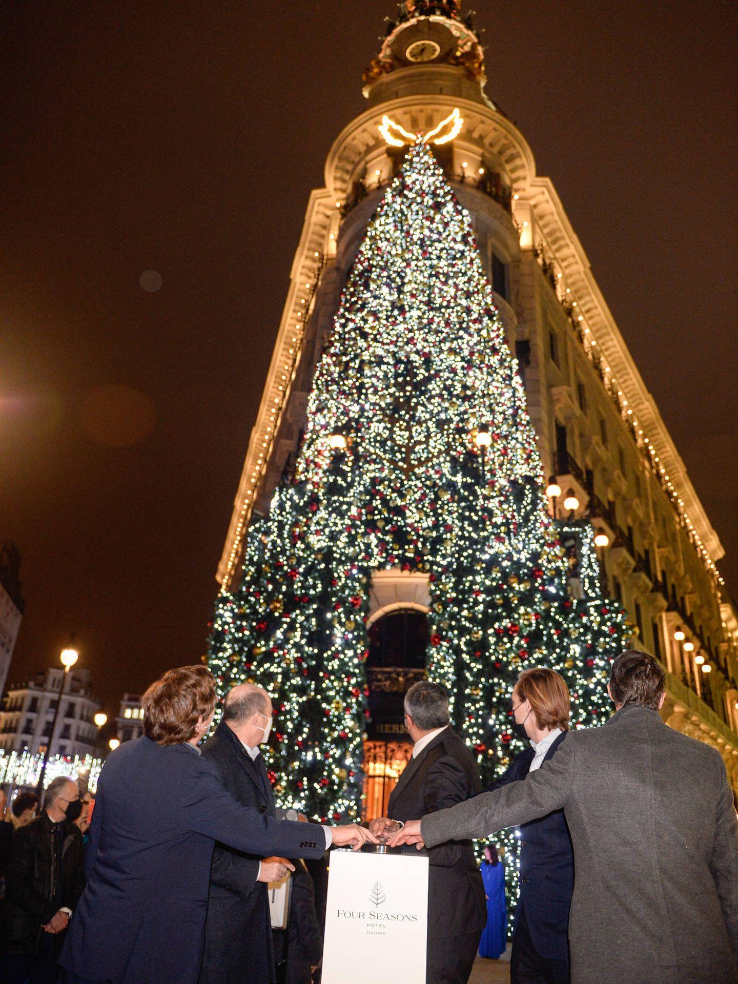 Almeida accionando el botón para encender las luces navideñas del Hotel Four Seasons en Madrid. (Foto: Diego Puerta)