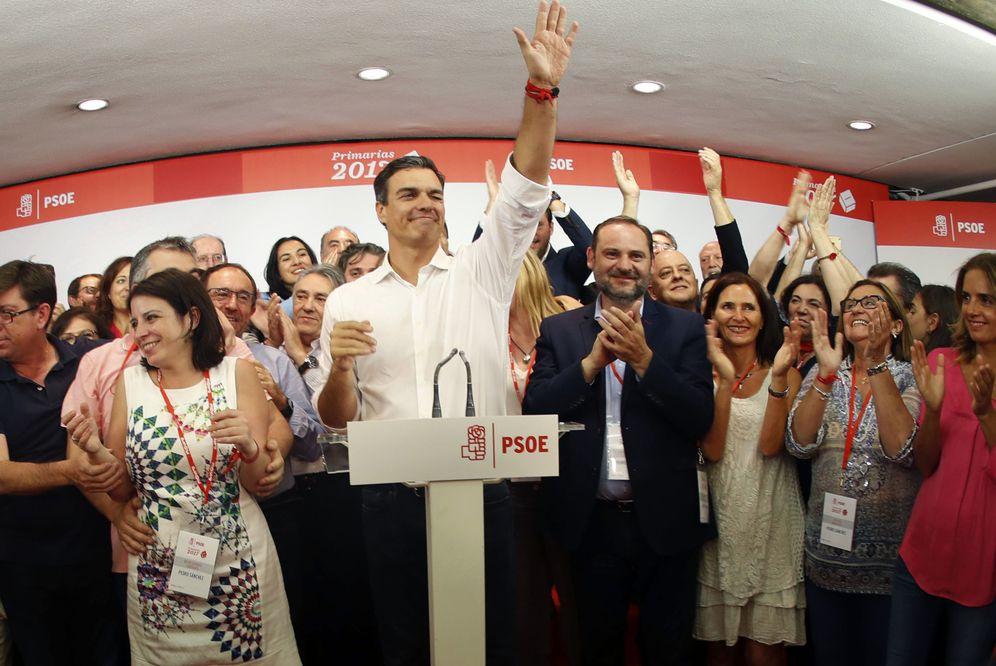 Foto: Pedro Sánchez, flanqueado por José Luis Ábalos y Adriana Lastra, tras proclamarse vencedor de las primarias, el pasado 21 de mayo en Ferraz. (EFE)