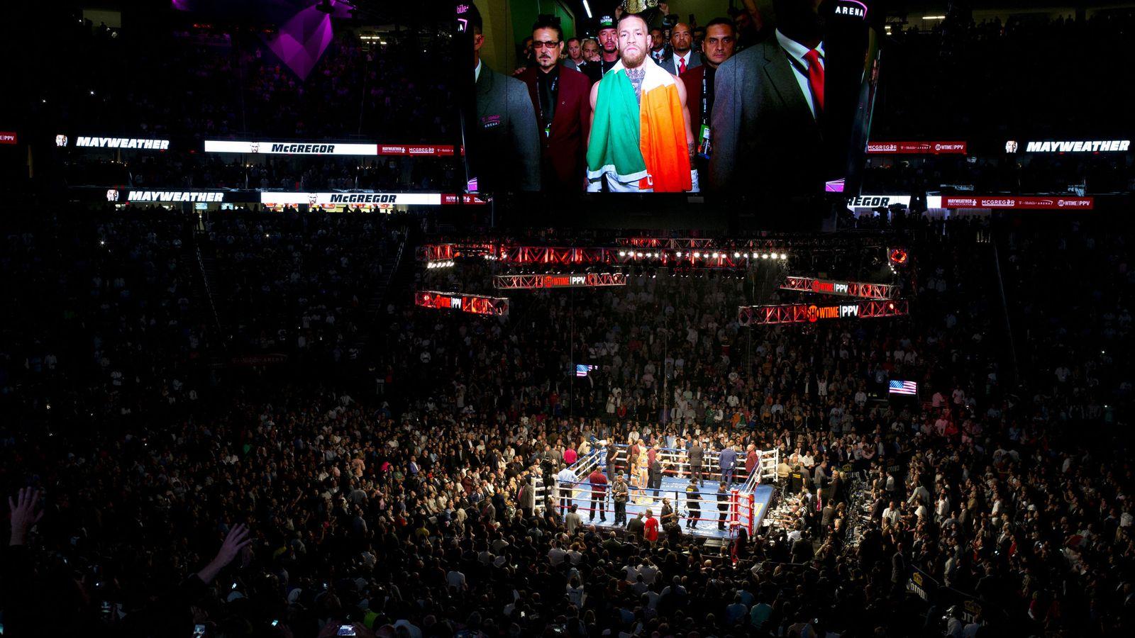 Foto: Momento en el que McGregor llega al T-Mobile Arena. (EFE)