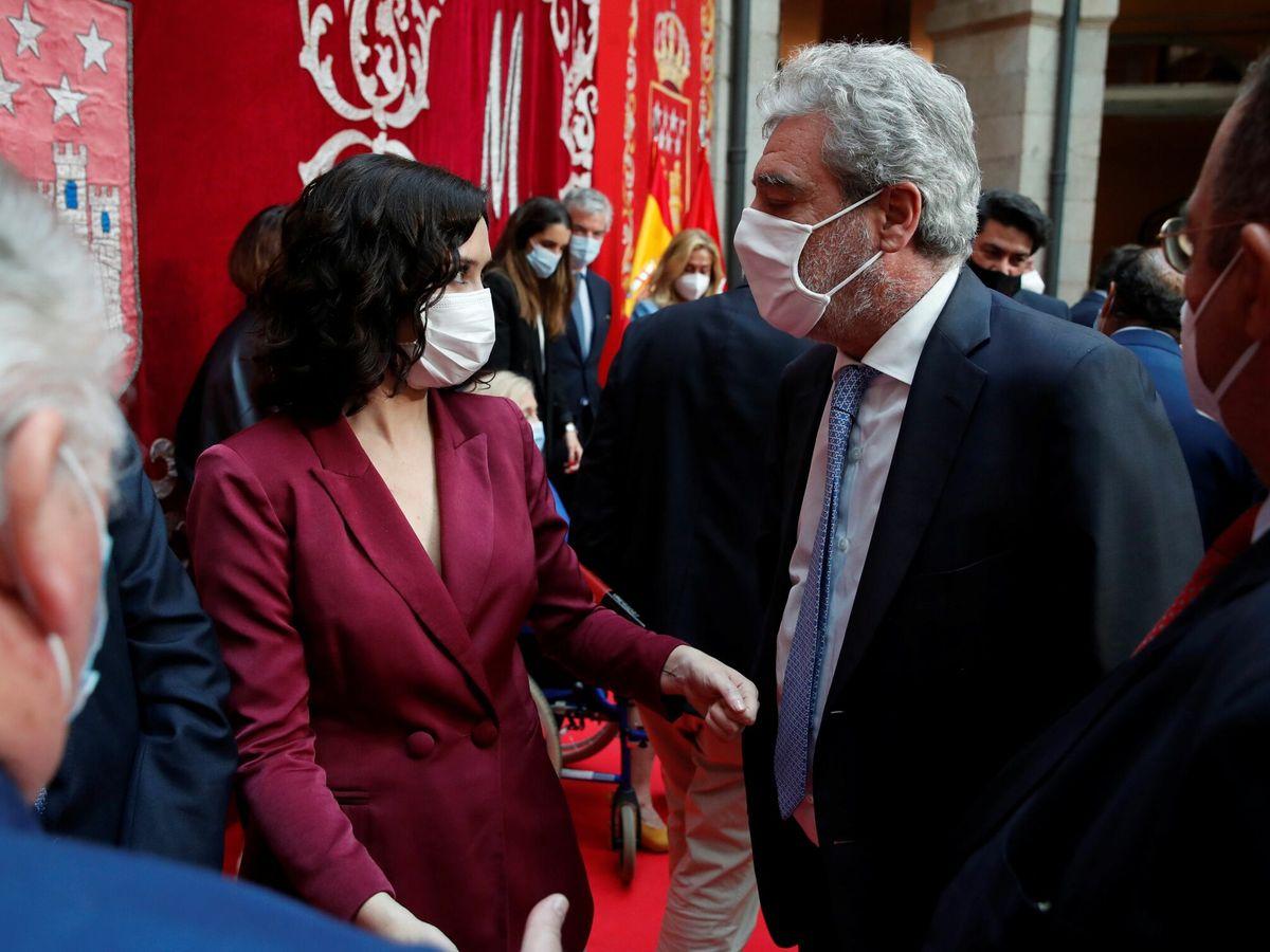 Foto: La presidenta madrileña, Isabel Díaz Ayuso (c-i), conversa con su jefe de Gabinete, Miguel Ángel Rodríguez. (EFE)