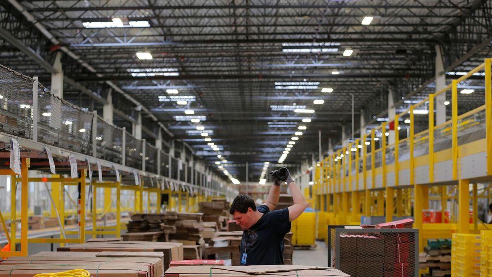 Foto: Un trabajador de Amazon en sus oficinas de Robinsville (Nueva Jersey) se estira. (Reuters)