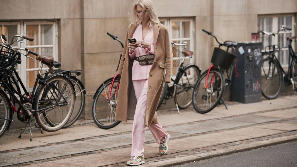Foto: Una insider danesa con traje y zapatillas. (Imaxtree)