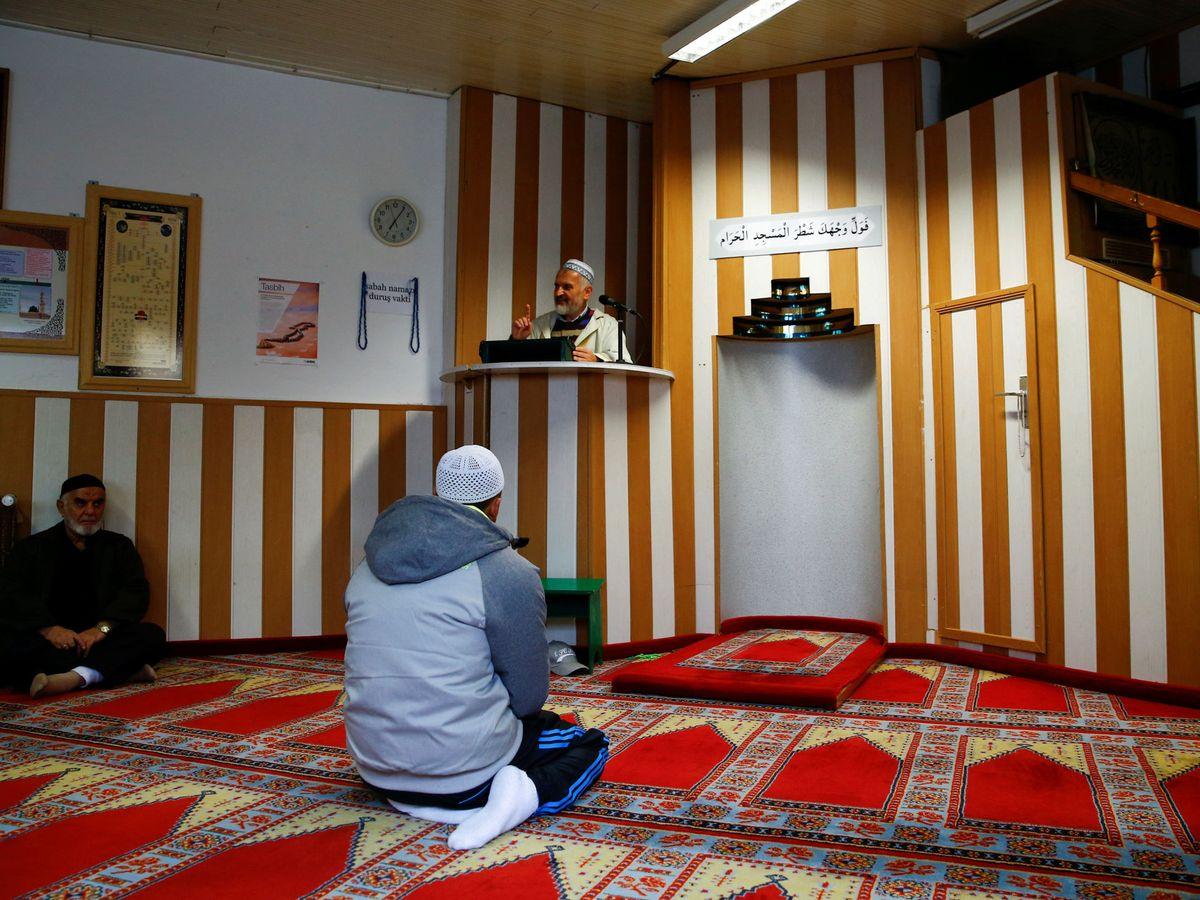 Foto: Varios musulmanes escuchan a un imán turco en una mezquita en Colonia, Alemania. (Reuters)