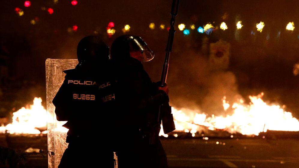 Foto: Policías frente a barricadas en la noche de este miércoles en Barcelona. (Reuters)