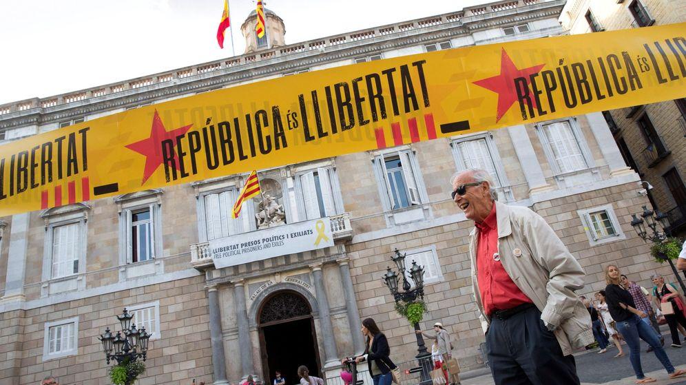Foto: Pancarta en el Palau de la Generalitat. (EFE)
