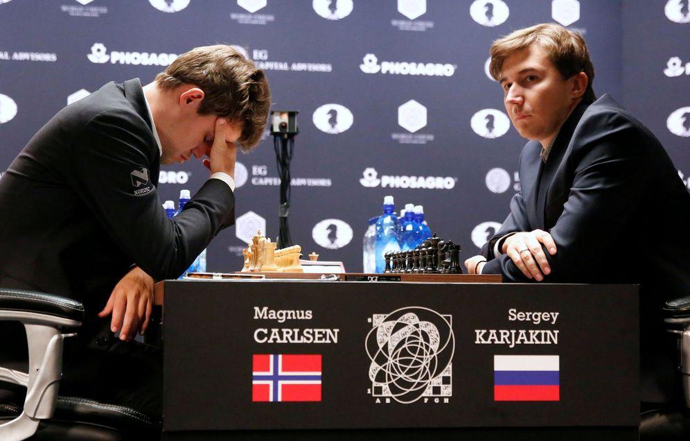 Foto: Magnus Carlsen y Serguéi Kariakin, durante una partida del Mundial (Reuters)