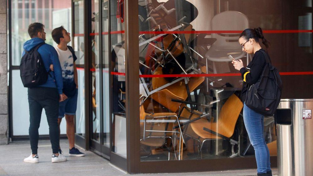 Foto: Varios estudiantes de la Universidad Pompeu Fabra (UPF) intenta acceder a clase. (EFE)