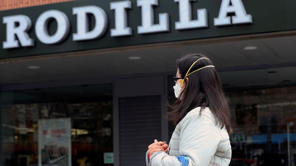 Foto: Una mujer camina frente a un restaurante Rodilla en Madrid. (EFE)