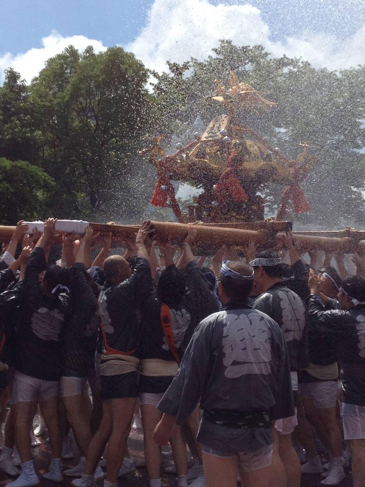 Durante el desfile por las calles de Koto-Ku, los visitantes les arrojan agua