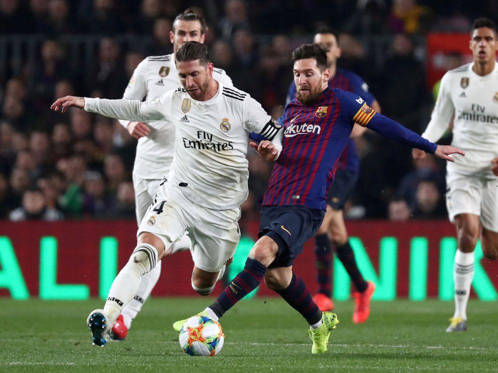 Foto: Messi intenta rebañarle una pelota a Sergio Ramos durante el último Clásico en el Camp Nou. (EFE)
