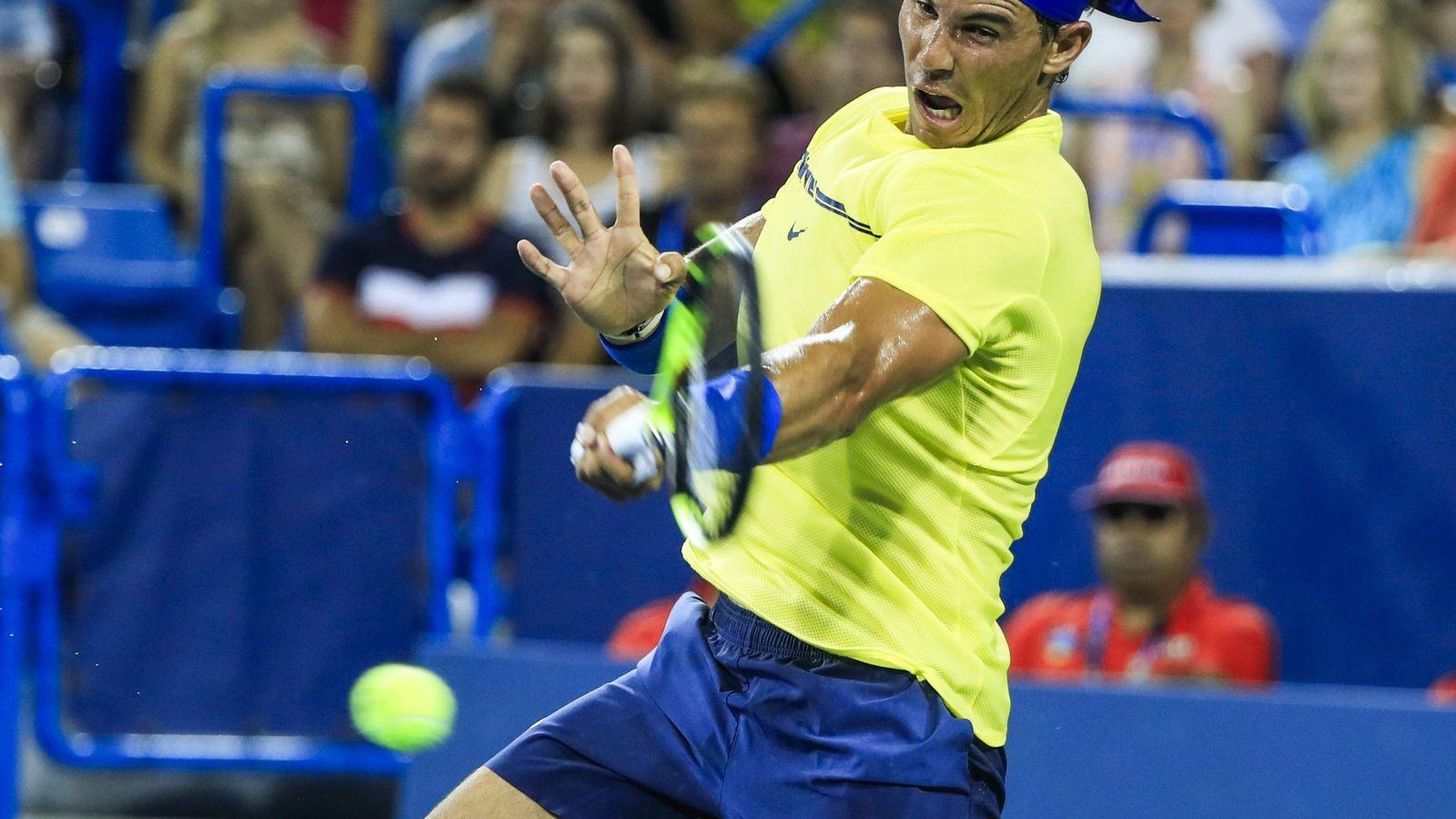 Foto: Rafael Nadal de España devuelve una bola ante Richard Gasquet en el Masters 1.000 de Cincinnati. (Efe)