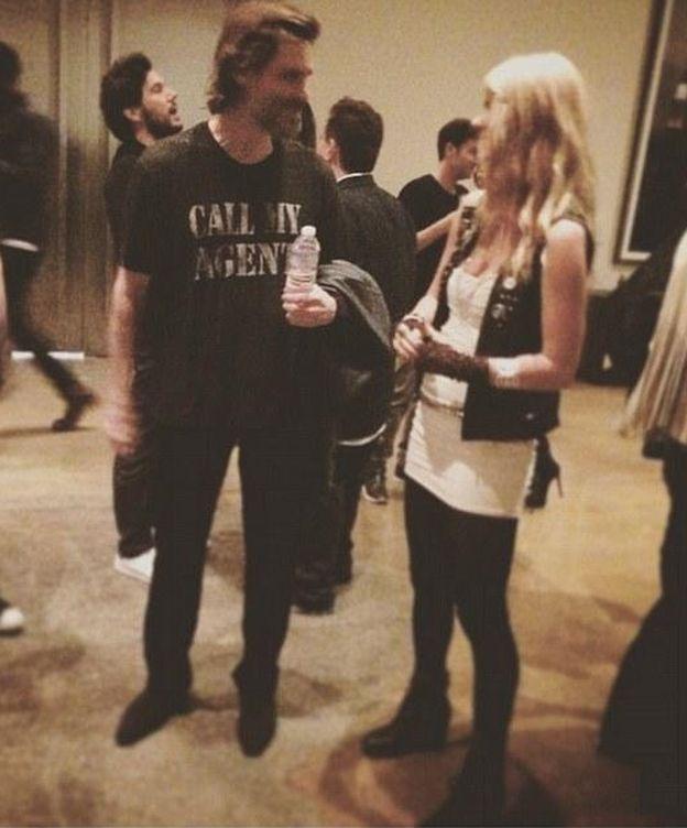 Foto: Jim Carrey charlando animadamente con una chica el día que cortó con Cathriona White (Instagram)