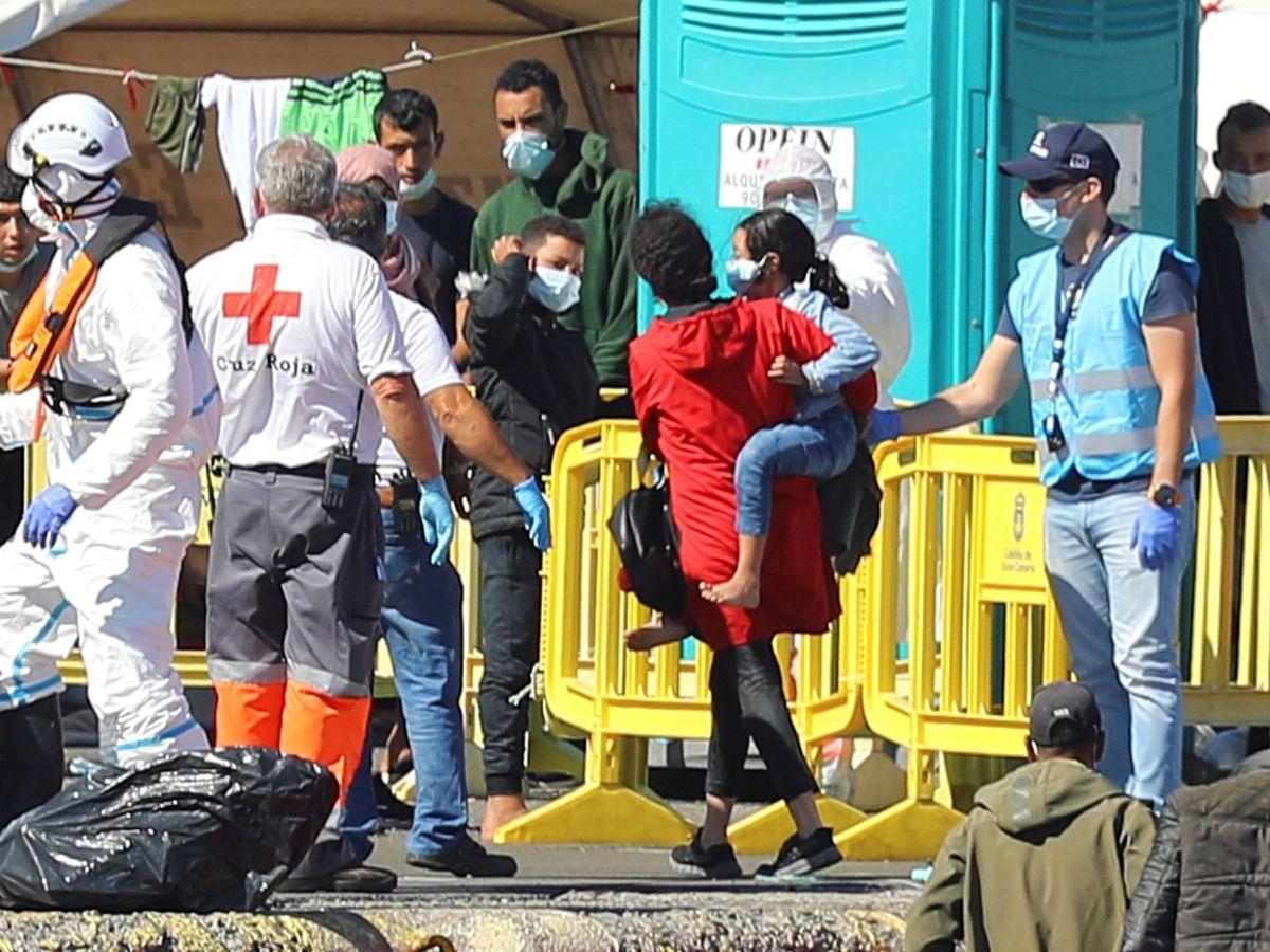 Foto: Llegada de una nueva patera, con dos menores, al muelle de Arguineguín. (EFE)