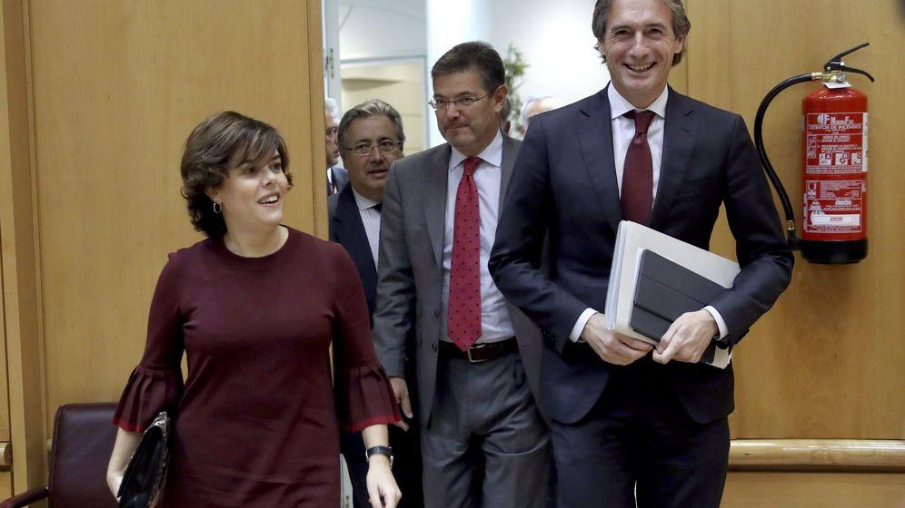Foto: La exvicepresidenta del Gobierno, Soraya Sáenz de Santamaría, junto a Iñigo de la Serna. (EFE)
