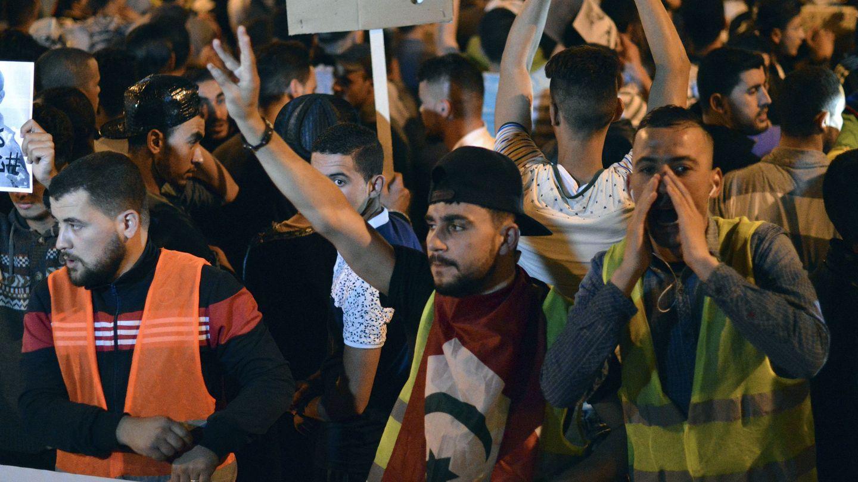Una protesta nocturna en la ciudad de Alhucemas en la que miles de rifeños reclamaban sus reivindicaciones económicas y sociales. (EFE)