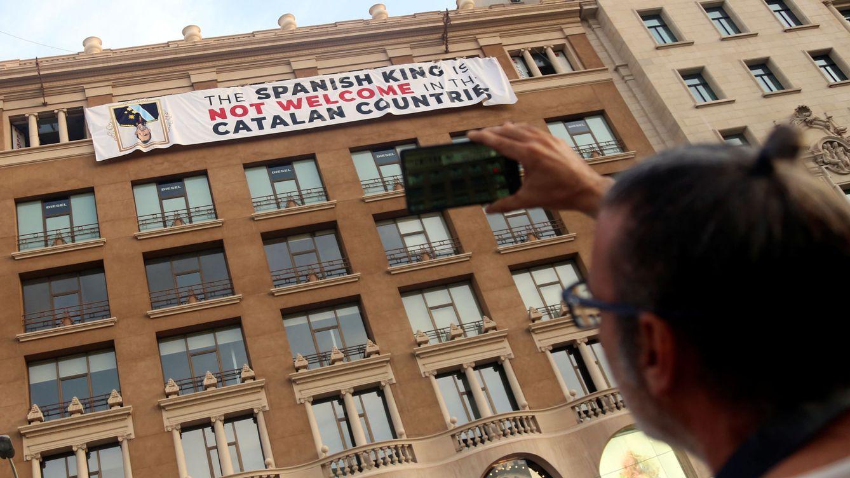 Cuelgan una pancarta contra el Rey en Plaza de Cataluña en el homenaje del 17-A
