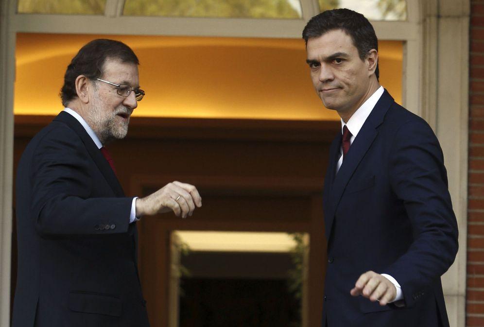 Foto: Mariano Rajoy y Pedro Sánchez se saludan antes de su última entrevista en La Moncloa, el pasado 23 de diciembre, tras las generales. (EFE)