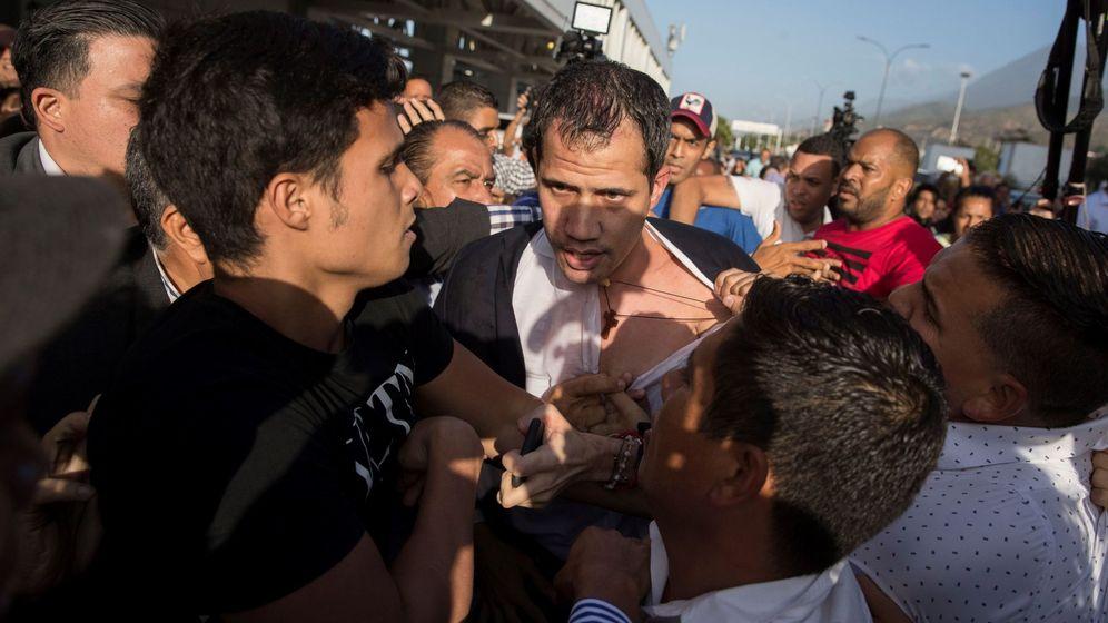 Foto: Guaidó, a su llegada a Caracas, donde ha sido agredido por una muchedumbre oficialista. (EFE)