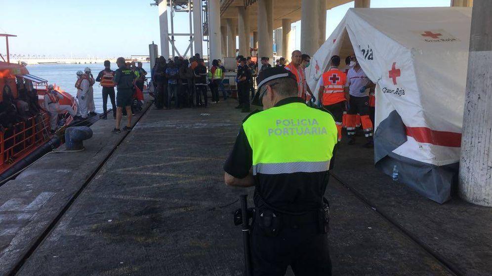 Foto: Un agente de la Policía Portuaria de Málaga impide recoger imágenes de los inmigrantes (Jon Nazca)