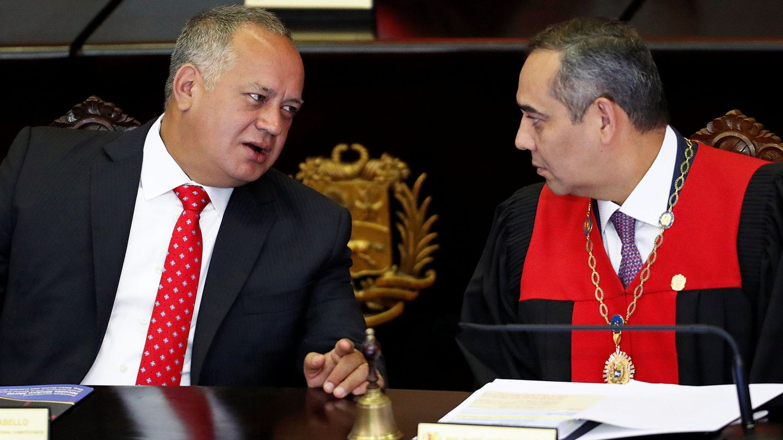 Maikel Moreno, presidente del Tribunal Supremo, (dcha), junto al número dos del Gobierno, Diosdado Cabello.(Reuters)