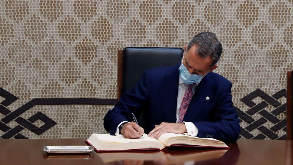 Foto: El rey Felipe firma el libro de honor tras su participación en el acto del 40 aniversario del Tribunal Constitucional celebrado este lunes. (EFE)