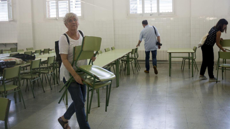 La consellera de Educación, Clara Ponsatí, en una de las escuelas ocupadas. (EFE)