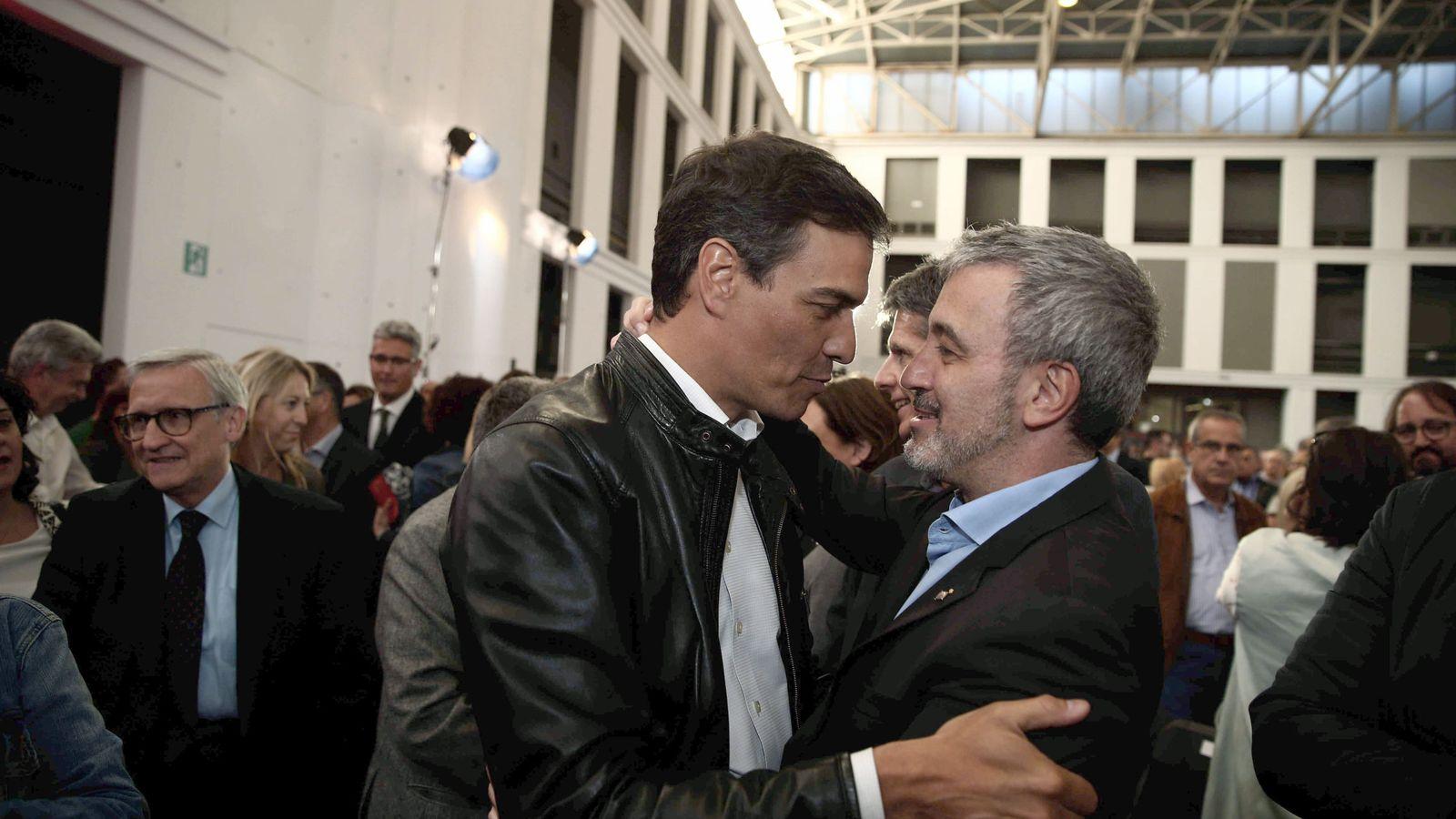 Foto: Sánchez saluda al socialista Jaume Collboni, segundo teniente de alcalde de Barcelona, el pasado 19 de abril en el homenaje a Carme Chacón en la capital catalana. (EFE)
