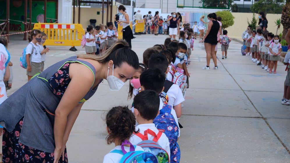 Foto: Una fila de niños en un colegio. (EFE)