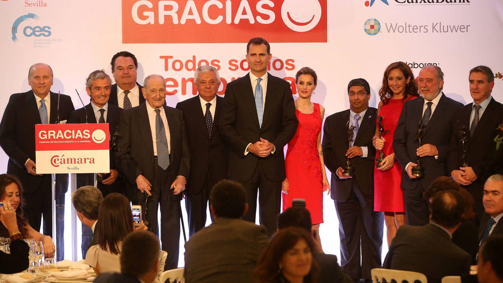 Foto: Los príncipes de Asturias (hoy Reyes), durante la clausura de la campaña 'Gracias a las empresas sevillanas' en el Club Empresarial Antares. (Fernando Ruso)