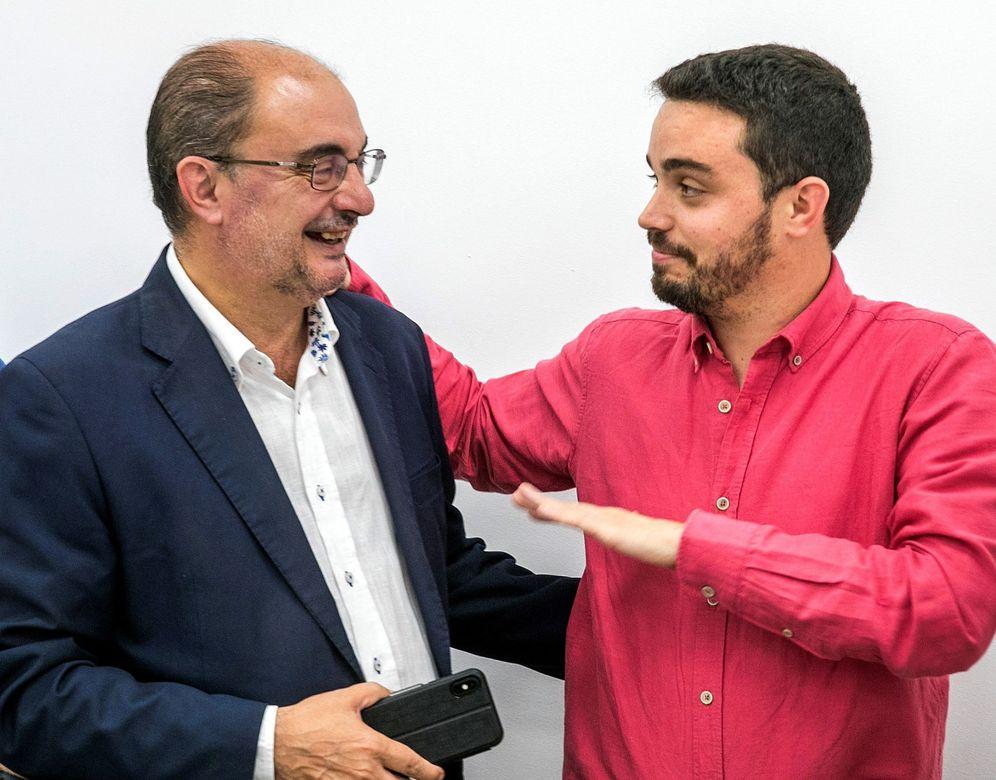 Foto: El presidente de Aragón, Javier Lambán, conversa con su secretario de Organización, Darío Villagrasa, este 29 de julio en Zaragoza. (EFE)