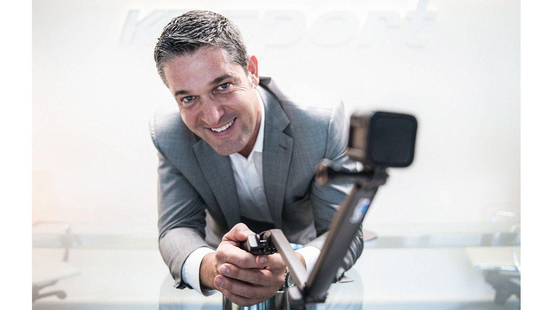 Foto: El CEO de KPsport, Xavier Meseguer, posa con uno de sus inventos.