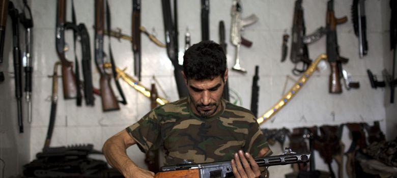 Foto: Abu Mohamad, vendedor de armas a los rebeldes sirios en Alepo (J.M. López).