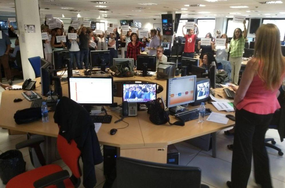 Foto: Protestas en la redacción de TVE por la cobertura del referéndum catalán. (Twitter: @teresarvega)