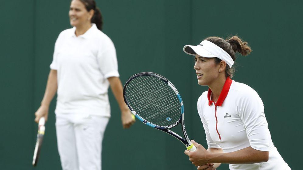 Foto: Conchita Martínez vigilando un entrenamiento en Wimbledon de Muguruza. (EFE)