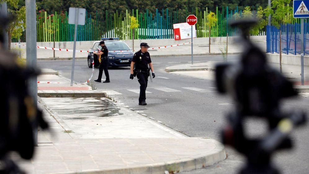 Foto: Dos agentes de Policía Nacional acordonan la zona en la que un joven de 26 años ha fallecido apuñalado. (EFE)