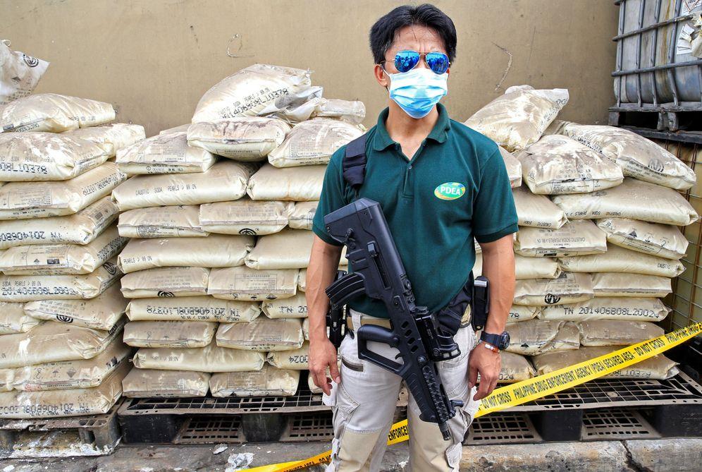 Foto: Un agente de la Agencia Antidroga de Filipinas monta guardia frente a a los químicos utilizados en un laboratorio de metanfetaminas cerca de Manila, en mayo de 2016 (Reuters)