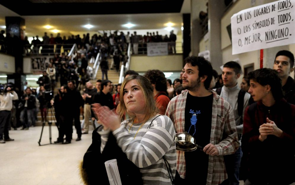 Foto: Concentración estudiantil de 2011 contra las capillas, en la Facultad de Historia y Geografía de la UCM (EFE).
