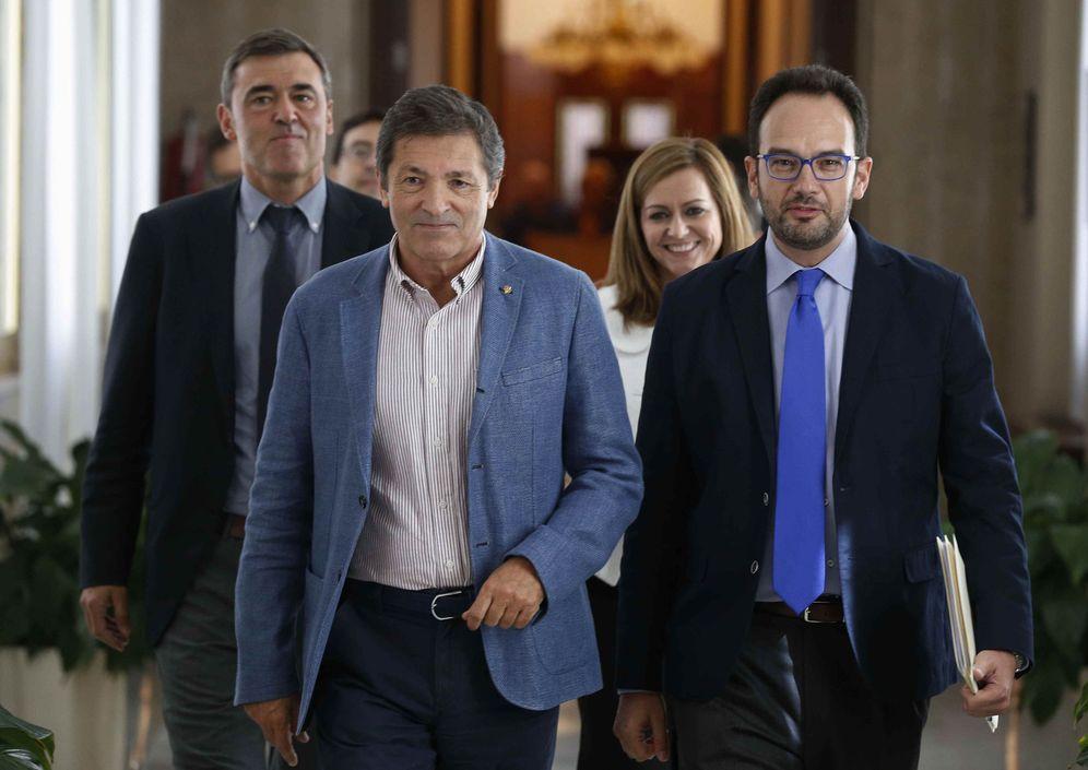 Foto: Javier Fernández, con el portavoz del grupo, Antonio Hernando, y los miembros de la gestora Ricardo Cortés, María Jesús Serrano y Mario Jiménez. (EFE)