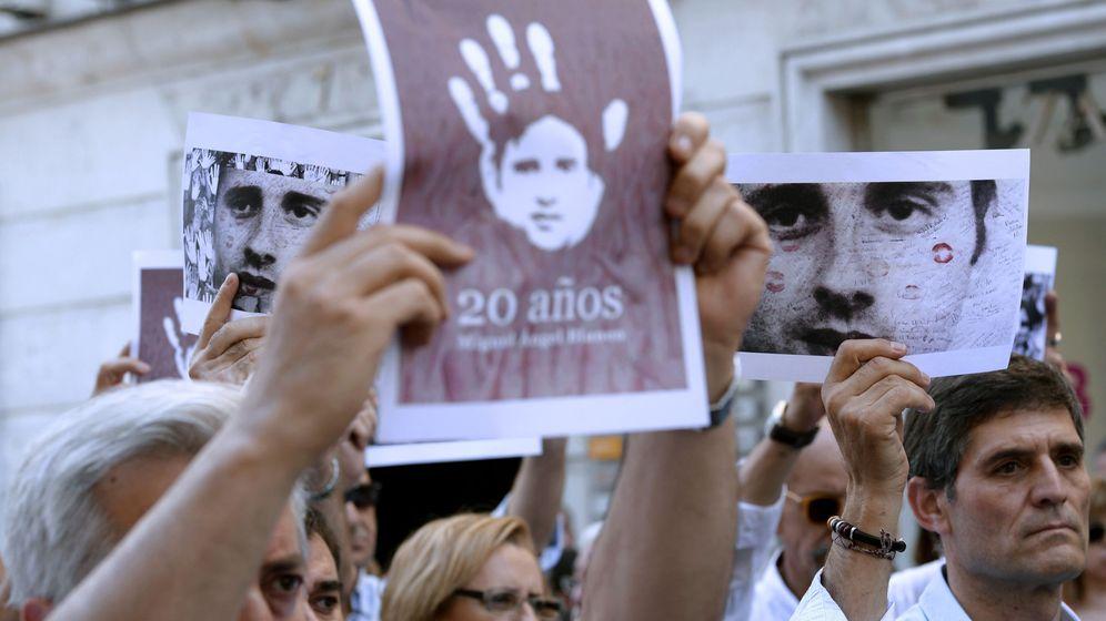 Foto: Varias personas muestran un cartel con el rostro de Blanco con motivo del 20 aniversario de su asesinato este lunes en Valladolid en un homenaje organizado por el PP. (EFE)