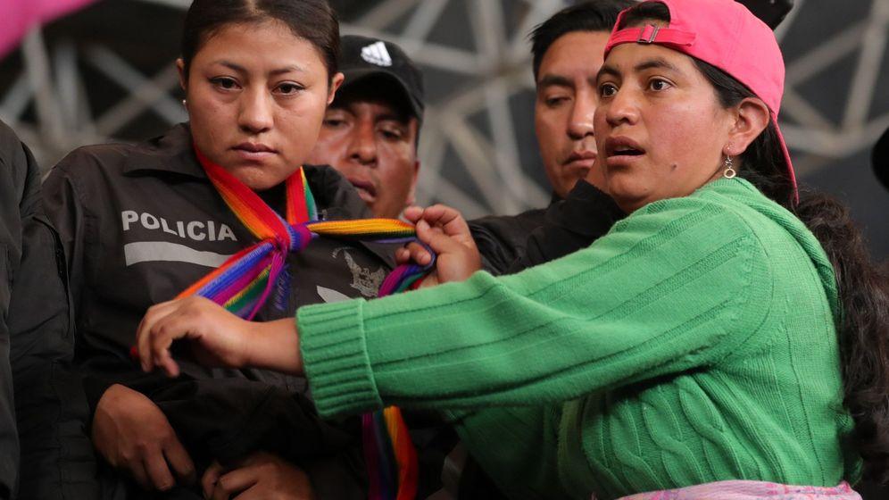 Foto: Una indígena retiene a una oficial de Policía en Quito. (EFE)
