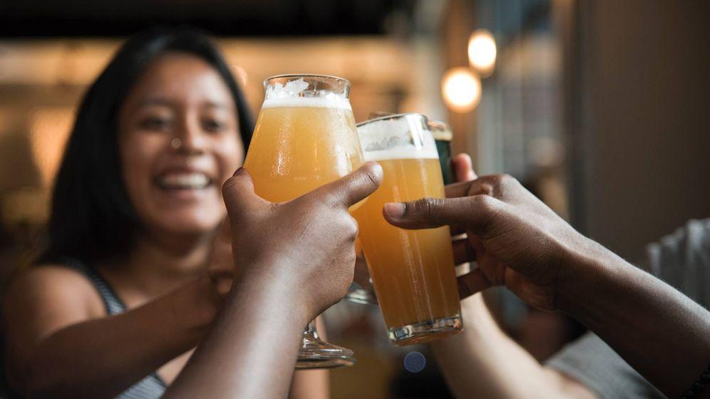 Foto: Jóvenes brindando con cerveza