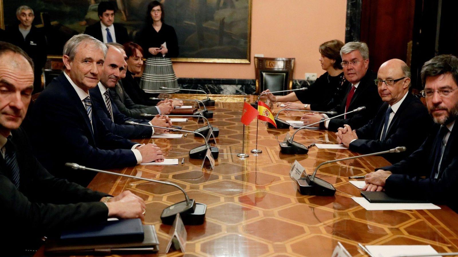 Foto: Montoro preside la reunión de la Comisión Coordinadora entre Navarra y el Estado. (EFE)