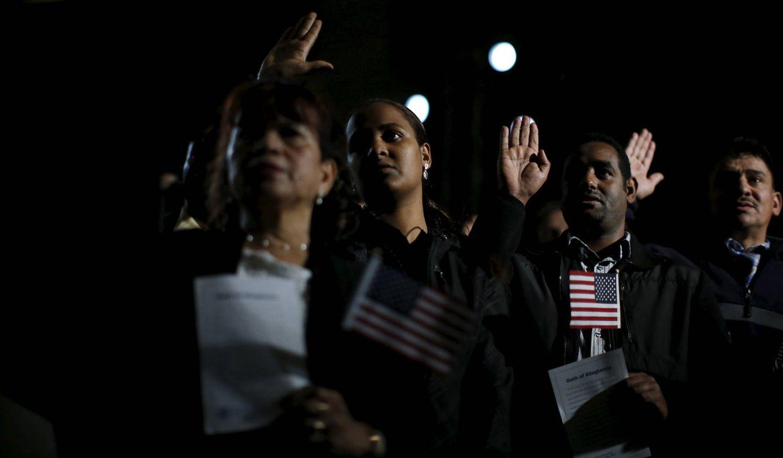 Foto: Juramento durante una ceremonia para naturalizarse como ciudadanos estadounidenses, en Washington, en diciembre de 2015. (Reuters)