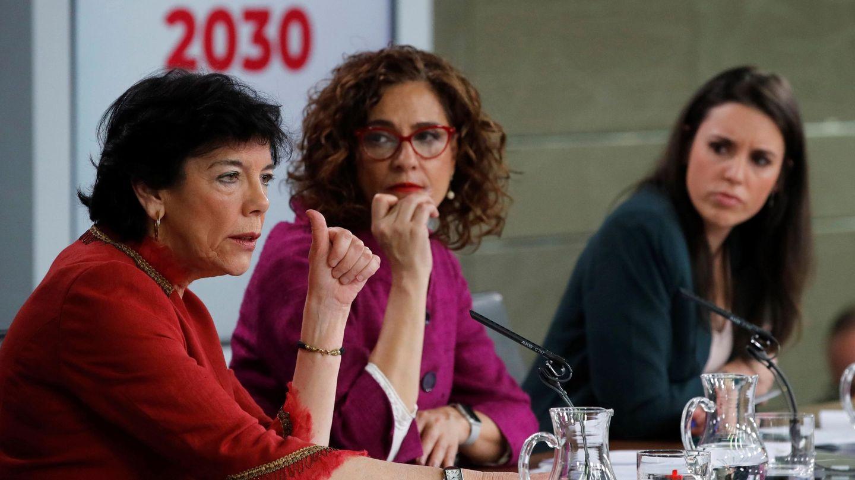 Las ministras de Educación, Hacienda e igualdad, Isabel Celaá, Maria Jesús Montero e Irene Montero, durante su rueda de prensa posterior a la reunión semanal del Gobierno del pasado 3 de marzo en la Moncloa. (EFE)