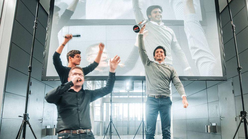 Foto: Andreas Seidl, Lando Norris y Carlos Sainz celebrando en la sede de Woking el podio de Interlagos (McLaren)