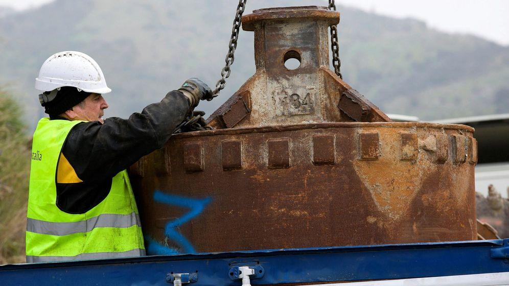 Foto: Un operario trabaja con elementos de perforación de tierra, esta mañana, en Totalán (EFE).