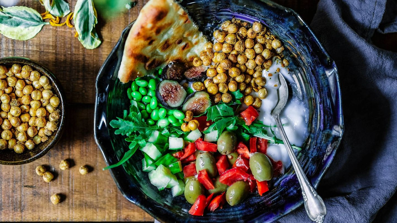 Frutas y verduras son vitales en la dieta vegana. (Edgar Castrejon para Unsplash)